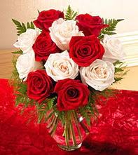 Gümüşhane çiçek yolla , çiçek gönder , çiçekçi   5 adet kirmizi 5 adet beyaz gül cam vazoda