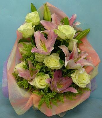 11 adet gül ve 2 adet kazablanka buketi  Gümüşhane çiçek online çiçek siparişi