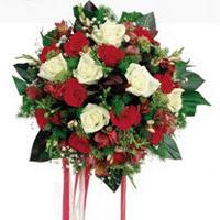 Gümüşhane uluslararası çiçek gönderme  6 adet kirmizi 6 adet beyaz ve kir çiçekleri buket