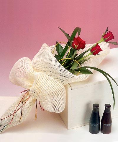3 adet kalite gül sade ve sik halde bir tanzim  Gümüşhane çiçek mağazası , çiçekçi adresleri