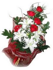 Gümüşhane çiçek , çiçekçi , çiçekçilik  5 adet kirmizi gül 1 adet kazablanka çiçegi buketi
