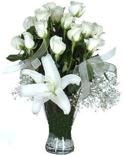 cam içerisinde 11 beyaz gül ve 1 kazablanka  Gümüşhane hediye sevgilime hediye çiçek