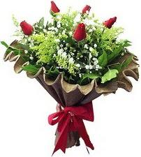 Gümüşhane güvenli kaliteli hızlı çiçek  5 adet kirmizi gül buketi demeti