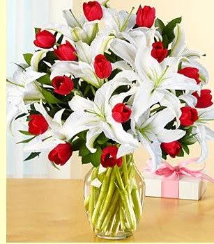 Gümüşhane hediye sevgilime hediye çiçek  3 kazablanka 10 kırmızı gül vazosu