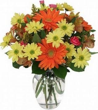 Gümüşhane çiçek yolla  vazo içerisinde karışık mevsim çiçekleri