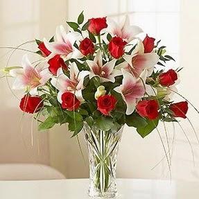 Gümüşhane çiçek satışı  12 adet kırmızı gül 1 dal kazablanka çiçeği