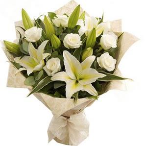 Gümüşhane çiçek gönderme sitemiz güvenlidir  3 dal kazablanka ve 7 adet beyaz gül buketi