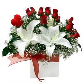 Gümüşhane anneler günü çiçek yolla  1 dal kazablanka 11 adet kırmızı gül vazosu