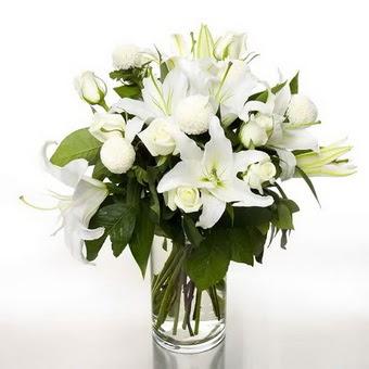 Gümüşhane çiçekçiler  1 dal cazablanca 7 adet beyaz gül vazosu