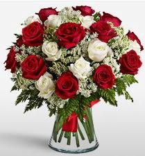 Vazoda 12 kırmızı 12 beyaz gül tanzimi  Gümüşhane çiçek yolla , çiçek gönder , çiçekçi