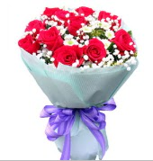 12 adet kırmızı gül ve beyaz kır çiçekleri  Gümüşhane anneler günü çiçek yolla