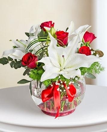 Fanus Vazoda 2 Lilyum ve 5 Gül Dansı  Gümüşhane çiçek siparişi vermek