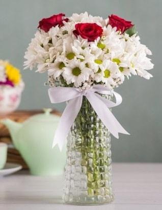 Papatya Ve Güllerin Uyumu camda  Gümüşhane çiçekçiler