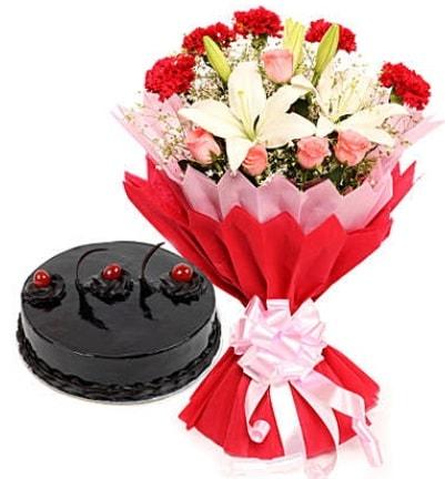 Karışık mevsim buketi ve 4 kişilik yaş pasta  Gümüşhane anneler günü çiçek yolla